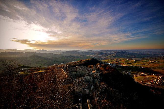Сан-Марино - крихітна держава на скелях (2)