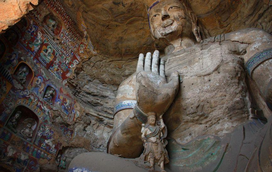 Статуя Будди Майтреи. На ній частково збереглися сліди кольорової штукатурки.