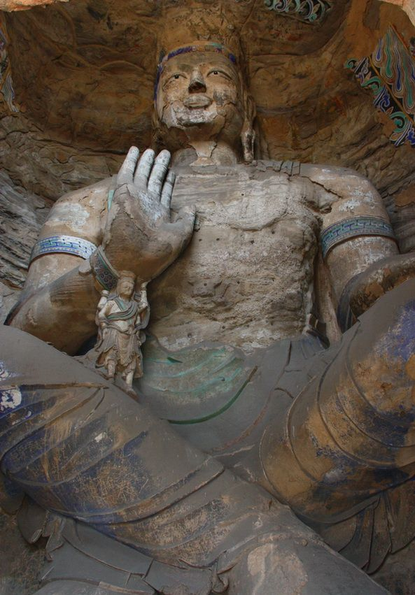 """Іконографічно Майтрею часто зображують на """"європейський"""" лад, що сидить на стільці, а не в позі лотоса, як Будду Гаутаму. Тут він сидить на невеликому троні, схрестивши ноги."""