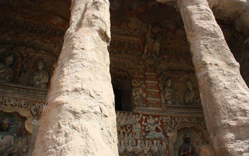 Багато прикрашені печери пізнього періоду, кінця правління династії Тоба Вей. Згодом, в епоху Тан і далі, вони не раз відновлялись.