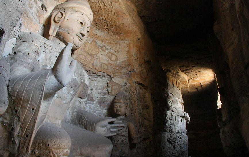 Величезний Будда Амітабха в незакінченої печері. Грот почали видовбувати ще в епоху Північної Вей, але самі статуї, швидше за все відносяться до періоду династії Тан (618-907 рр. н.е.)