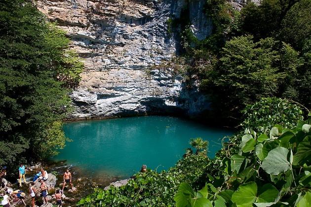 Синє озеро в Абхазії (1)