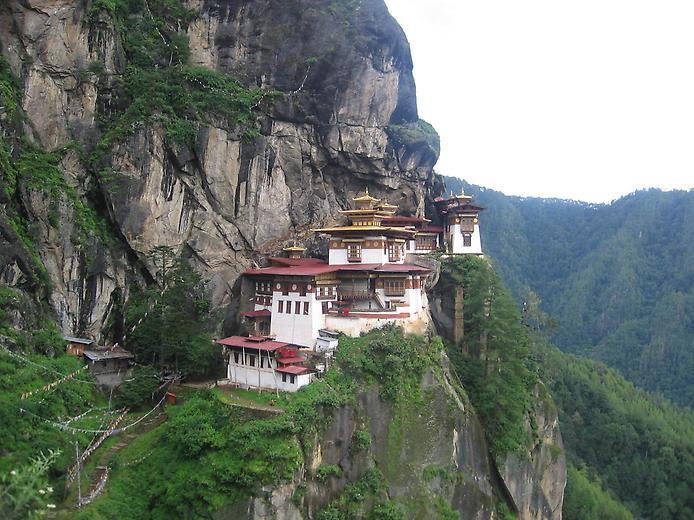 Ширяючий над землею монастир Такцанг-Лакханг в Бутані (1)