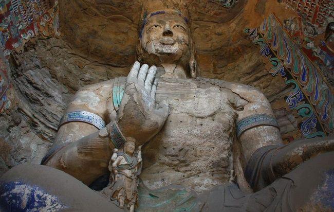 Статуя Будди Майтреї.