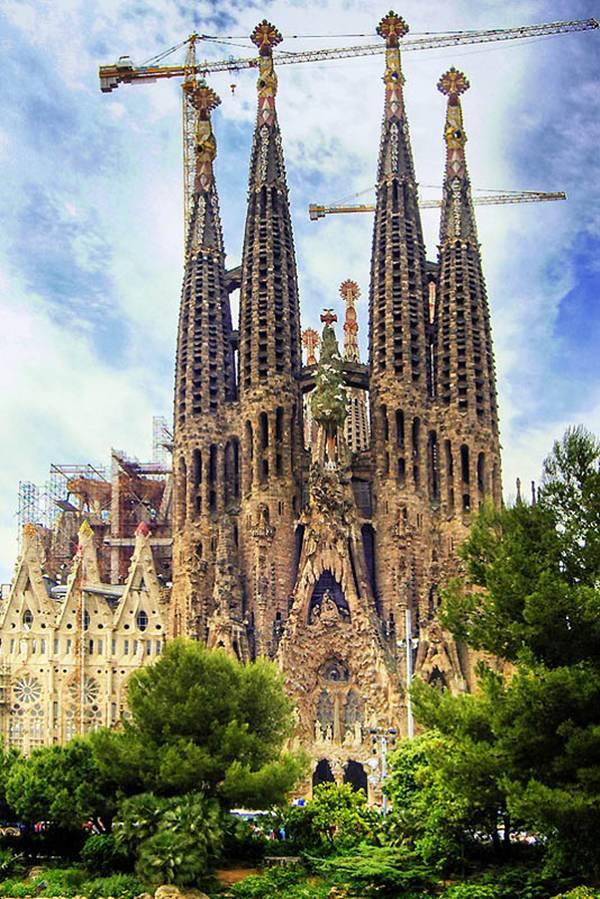 Знаменитий собор Саграда Фамілія в Барселоні