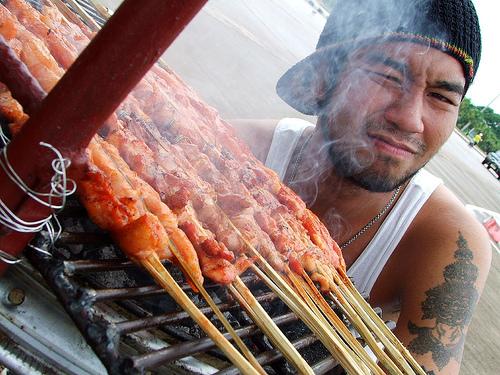 М'ясні страви тайці зазвичай готують на пару або на вугіллі, звідси незвичайне різноманітність золотистих відтінків цієї смакоти