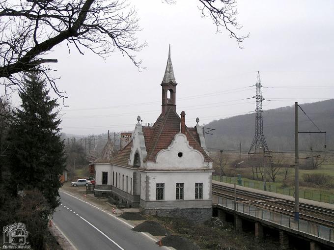 Залізнична станція в Чинадієво побудована в такому ж стилі, як і палац Шенборнів