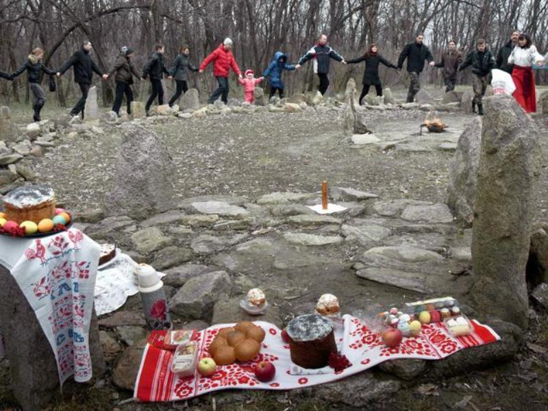 Язичники святкують паску на Хортиці фото: УНІАН