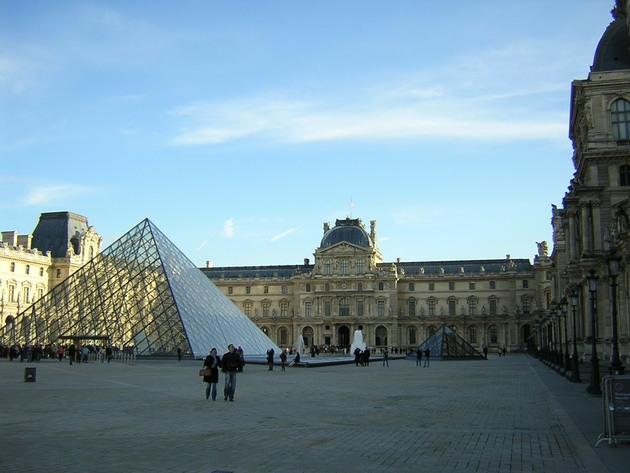 Лувр - головний будинок Парижа починаючи з 12 століття, колишня королівська резиденція, один з найстаріших, найбагатших і найбільших музеїв світу (2)