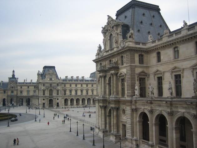 Лувр - головний будинок Парижа починаючи з 12 століття, колишня королівська резиденція, один з найстаріших, найбагатших і найбільших музеїв світу (3)