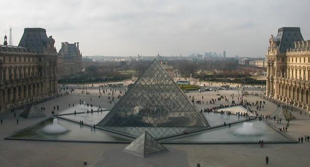 Лувр - головний будинок Парижа починаючи з 12 століття, колишня королівська резиденція, один з найстаріших, найбагатших і найбільших музеїв світу (5)