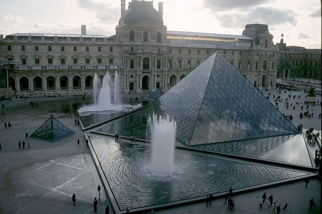 Лувр - головний будинок Парижа починаючи з 12 століття, колишня королівська резиденція, один з найстаріших, найбагатших і найбільших музеїв світу (6)