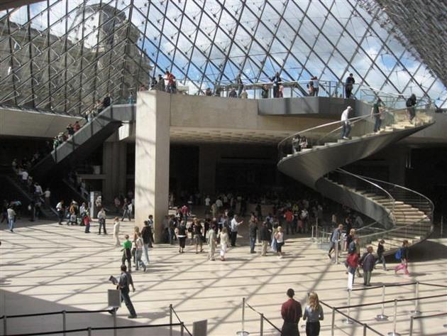 Лувр - головний будинок Парижа починаючи з 12 століття, колишня королівська резиденція, один з найстаріших, найбагатших і найбільших музеїв світу (7)