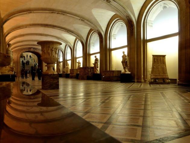 Лувр - головний будинок Парижа починаючи з 12 століття, колишня королівська резиденція, один з найстаріших, найбагатших і найбільших музеїв світу (8)