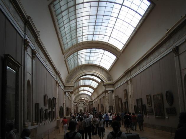 Лувр - головний будинок Парижа починаючи з 12 століття, колишня королівська резиденція, один з найстаріших, найбагатших і найбільших музеїв світу (9)