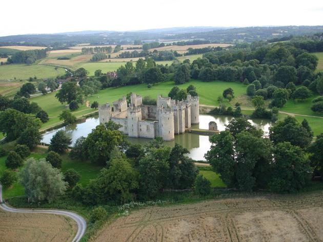 Замок Бодіам - один з численних свідків неспокійною історії Англії (1)