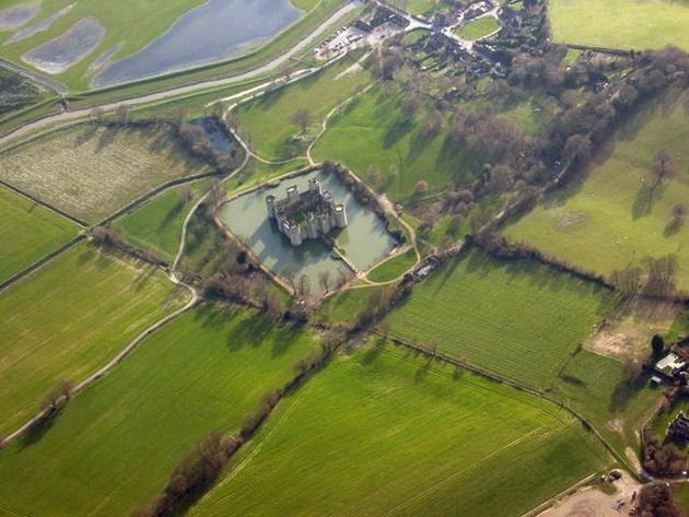 Замок Бодіам - один з численних свідків неспокійною історії Англії (8)
