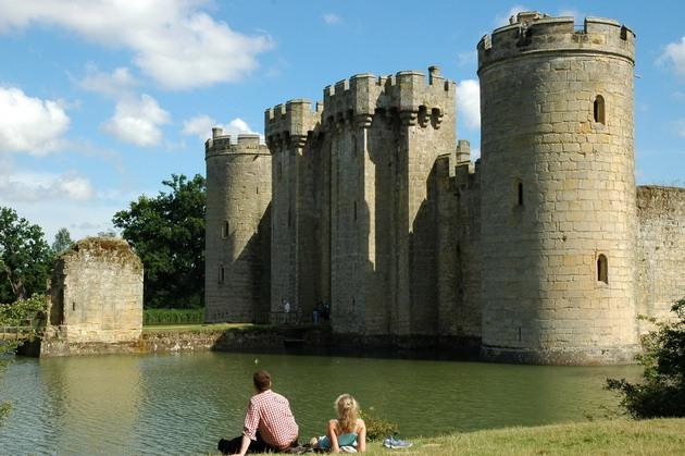 Замок Бодіам - один з численних свідків неспокійною історії Англії (4)