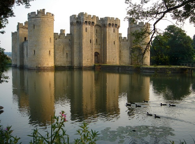 Замок Бодіам - один з численних свідків неспокійною історії Англії (3)