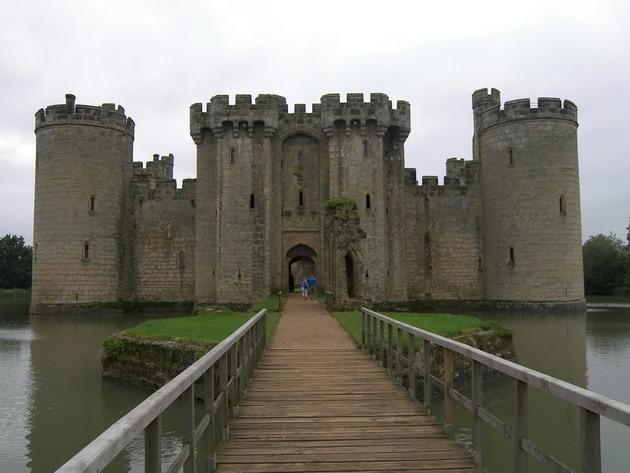 Замок Бодіам - один з численних свідків неспокійною історії Англії (2)