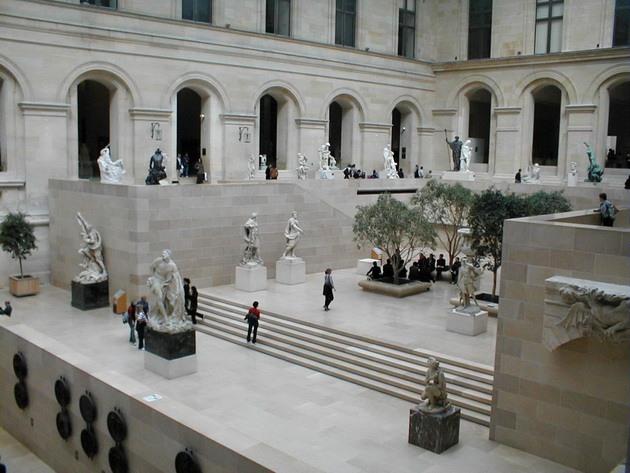 Лувр - головний будинок Парижа починаючи з 12 століття, колишня королівська резиденція, один з найстаріших, найбагатших і найбільших музеїв світу (13)