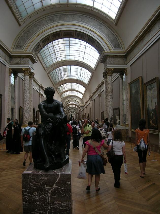 Лувр - головний будинок Парижа починаючи з 12 століття, колишня королівська резиденція, один з найстаріших, найбагатших і найбільших музеїв світу (16)