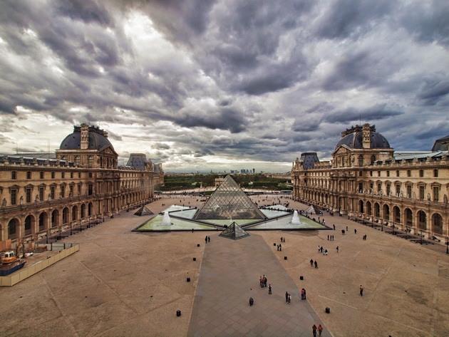 Лувр - головний будинок Парижа починаючи з 12 століття, колишня королівська резиденція, один з найстаріших, найбагатших і найбільших музеїв світу (19)