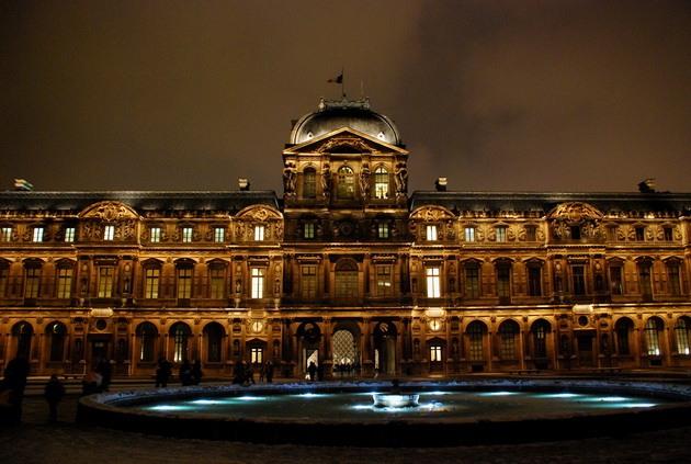 Лувр - головний будинок Парижа починаючи з 12 століття, колишня королівська резиденція, один з найстаріших, найбагатших і найбільших музеїв світу (20)