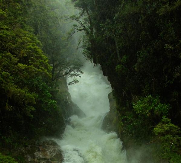 Ллється каскадом водоспад: