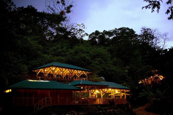Тут є ферма, клуб, де місцеві збираються вечорами, кафе, майданчик для відпочинку на відкритому повітрі, зона вай-фай, баня, місце для багаття і сад.