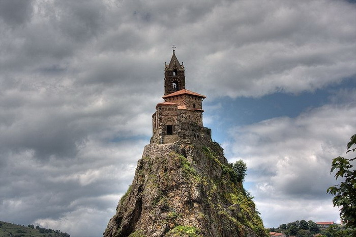268 сходинок... до Бога: каплиця Святого Михайла на вершині скелі (Ле-Пюї-ан-Веле, Франція) (1)