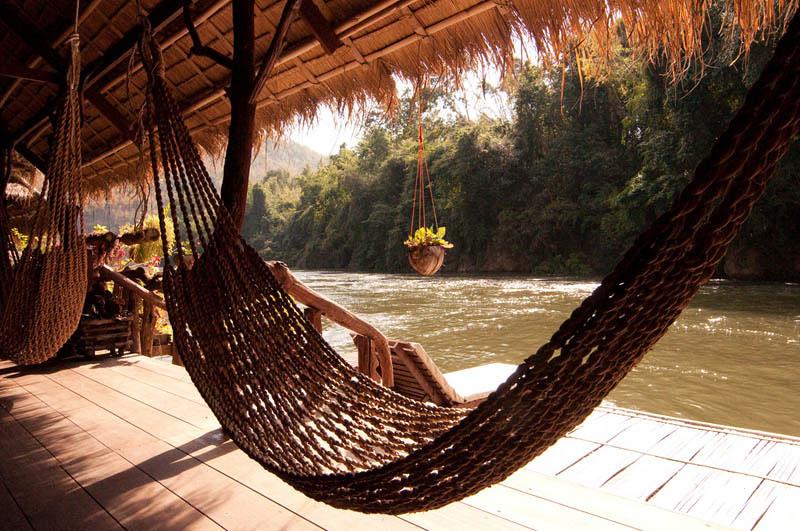 25 місць ідеальних для того, щоб полежати в гамаку (Готель у джунглях біля річки Кваі, Таїланд. )