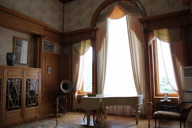 Старовинний рояль у вітальні імператриці фото: aksanova
