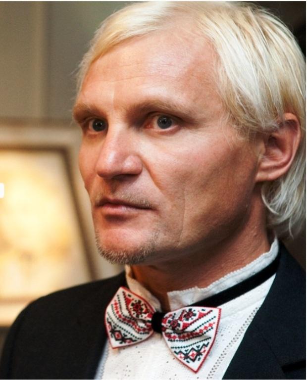 Олег Скрипка приміряє виріб Тетяни Протчевої фото сайту Тетяни Протчевої