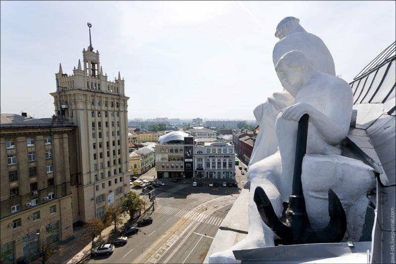Харків - вид з дахів (Статуї на даху «Палацу праці».)