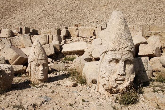 Турецькі пам'ятки: кам'яні голови на горі Немрут-Даг (4)