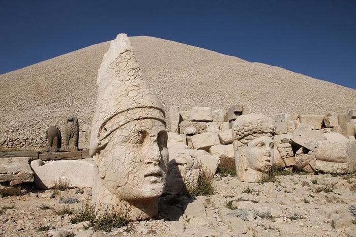Турецькі пам'ятки: кам'яні голови на горі Немрут-Даг (1)