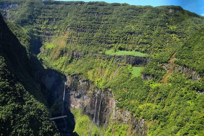 Природна симфонія: ліси і водоспади каньйону Тру де Фер (2)