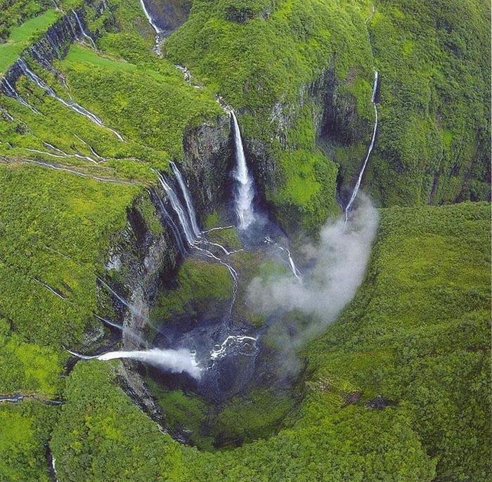 Природна симфонія: ліси і водоспади каньйону Тру де Фер (6)