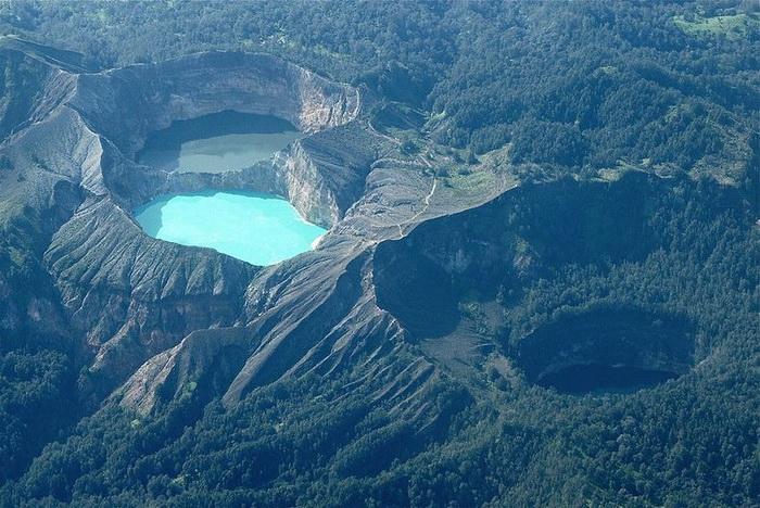Унікальні триколірні озера в кратері вулкана Келімуту (1)