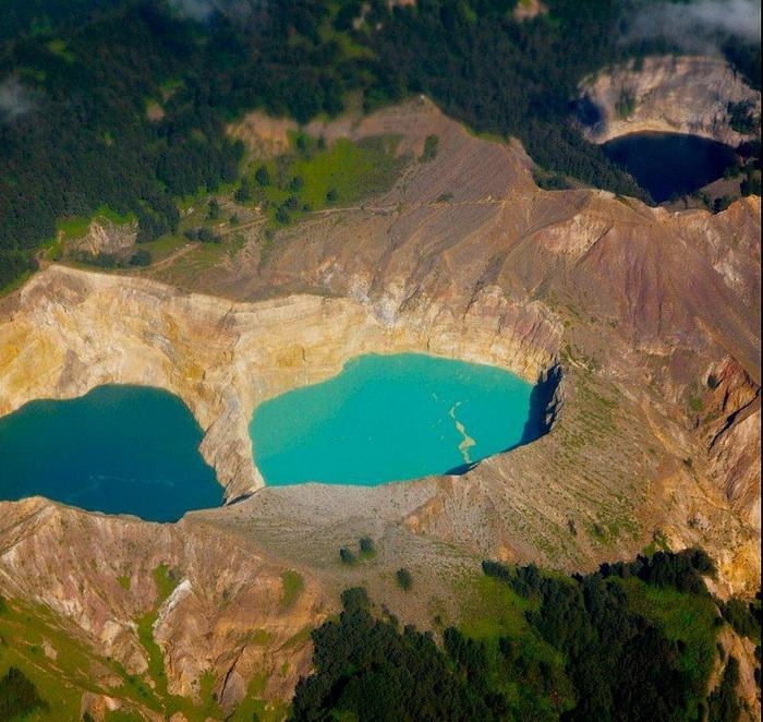 Унікальні триколірні озера в кратері вулкана Келімуту (6)