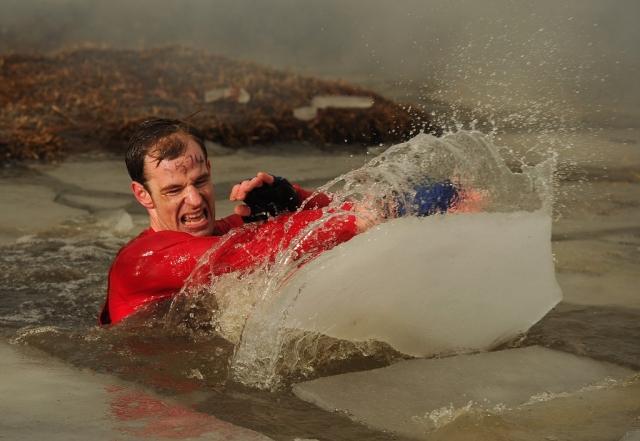 Вогонь, багно, підземні тунелі: в Англії пройшов черговий «Tough Guy Challenge 2013» (15)