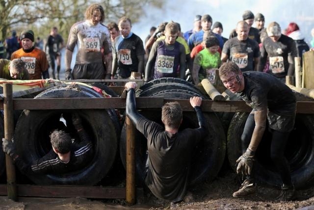 Вогонь, багно, підземні тунелі: в Англії пройшов черговий «Tough Guy Challenge 2013» (13)