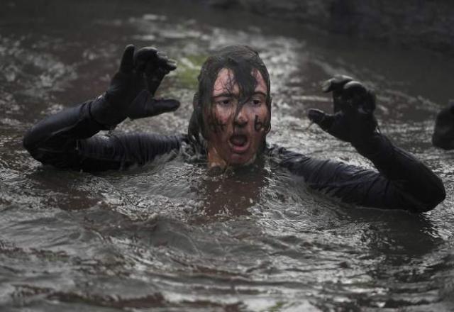 Вогонь, багно, підземні тунелі: в Англії пройшов черговий «Tough Guy Challenge 2013» (1)