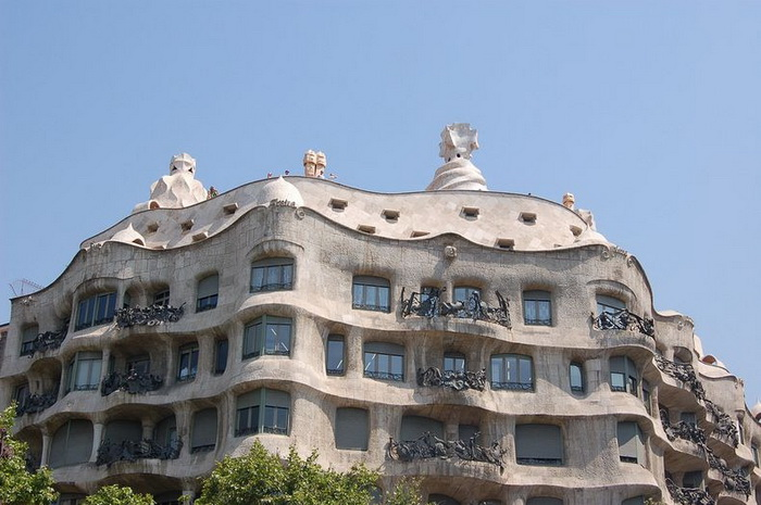 Хвилюючі склепіння будинку Каса Міла, побудованого архітектором Антоніо Гауді (1)