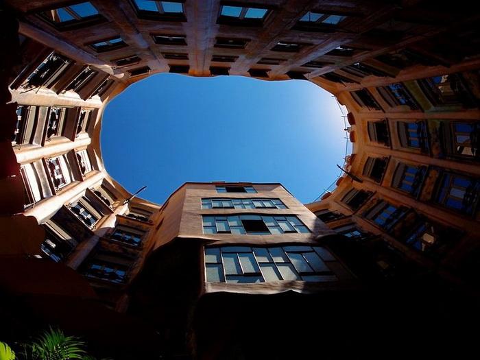 Хвилюючі склепіння будинку Каса Міла, побудованого архітектором Антоніо Гауді (2)