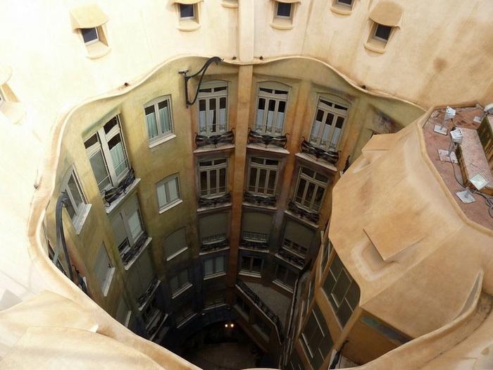Хвилюючі склепіння будинку Каса Міла, побудованого архітектором Антоніо Гауді (5)