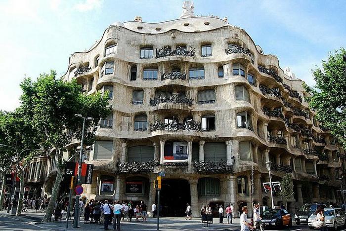 Хвилюючі склепіння будинку Каса Міла, побудованого архітектором Антоніо Гауді (6)