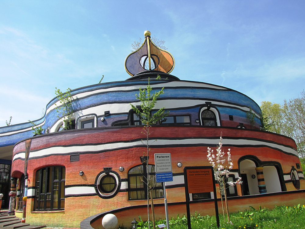 Унікальні казкові будинки від австрійського архітектора Фріденсрайха Хундертвассера (5)
