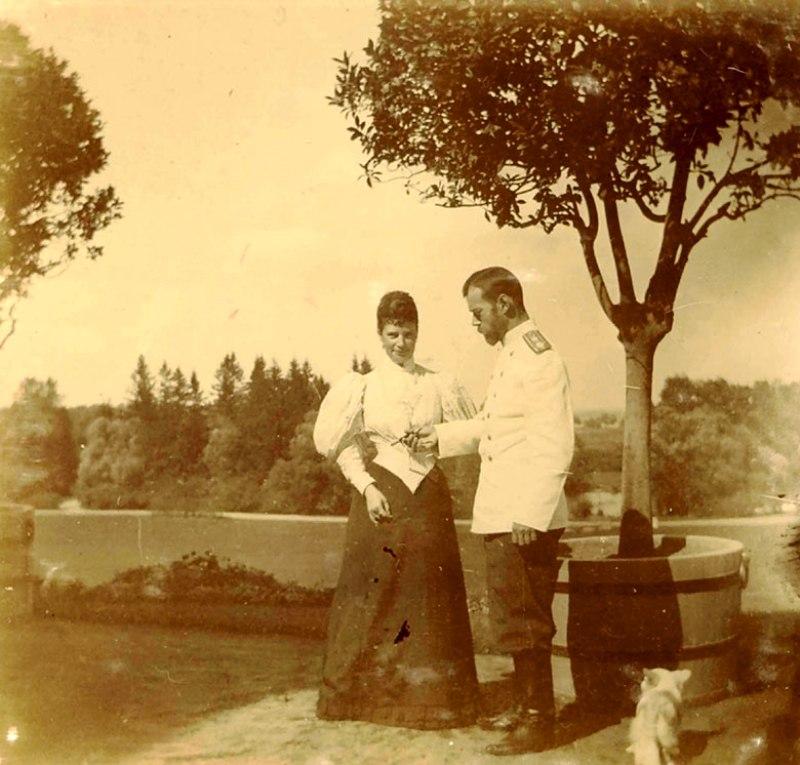 Дружина Олександра ІІІ із сином у парку. 1896 рік